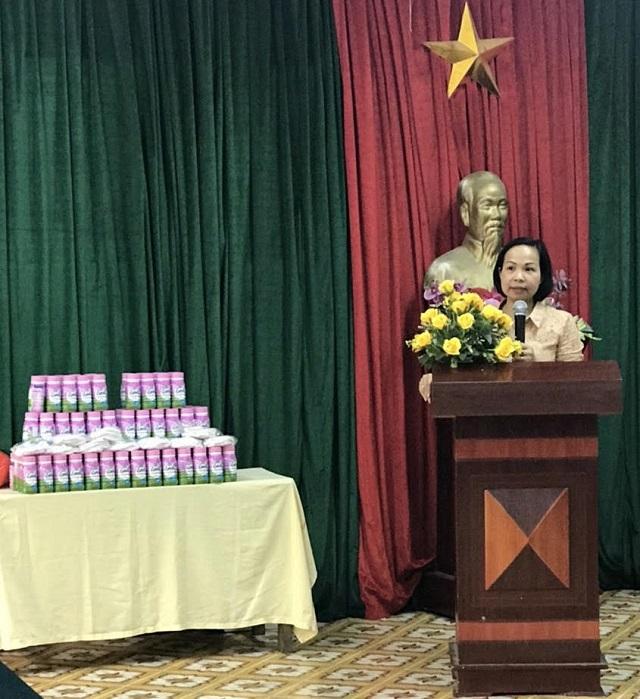 Chủ tịch Hội LHPN Quận Hà Đông Lại  Hà Phương phát biểu tại Trung tâm nuôi dưỡng trẻ mồ côi Hà Cầu. (Ảnh: P. V)