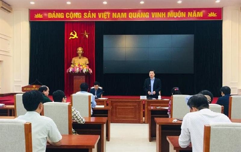 Thứ trưởng Bộ GD&ĐT Nguyễn Hữu Độ phát biểu tại cuộc họp.