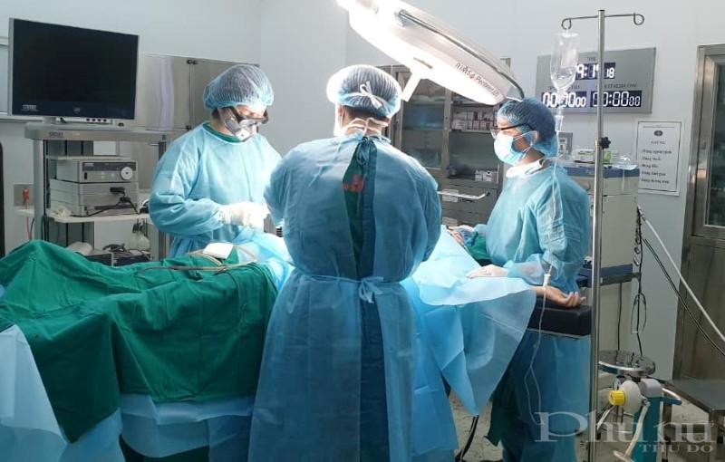 Bác sĩ bệnh viện Bệnh Nhiệt đới TW phẫu thuật thành công ca mổ ruột thừa cho một nữ bệnh nhân đang được cách ly tại đây.