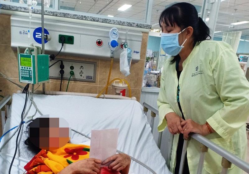Chị Lê Thị Thái – Phó Chủ tịch Hội LHPN tỉnh Đồng Nai đến thăm hỏi và trao quà động viên nạn nhân
