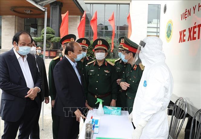 Thủ tướng Nguyễn Xuân Phúc kiểm tra tại xe xét nghiệm cơ động, Viện Y học dự phòng Quân đội. Ảnh: Thống Nhất/TTXVN
