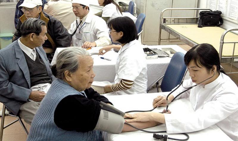 Người cao tuổi là nhóm dân số cần được chăm sóc sức khỏe thường xuyên để phòng trách dịch Covid-19