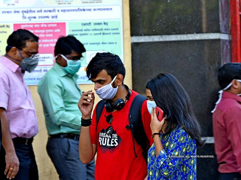 Người dân Ấn Độ đeo khẩu trang ở thủ đô New Delhi ngày 12-3. Ảnh: AFP