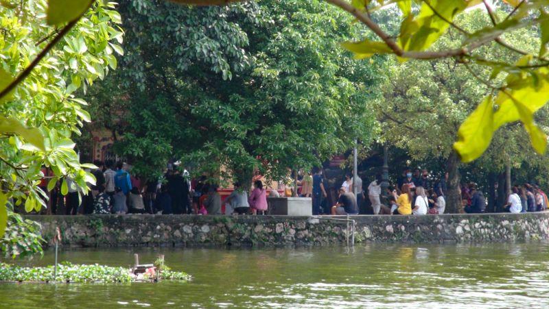 Nhưng tại Phủ Tây Hồ vẫn có rất đông người dân tụ tập đi lễ trong ngày mùng 1 âm lịch đầu tháng.