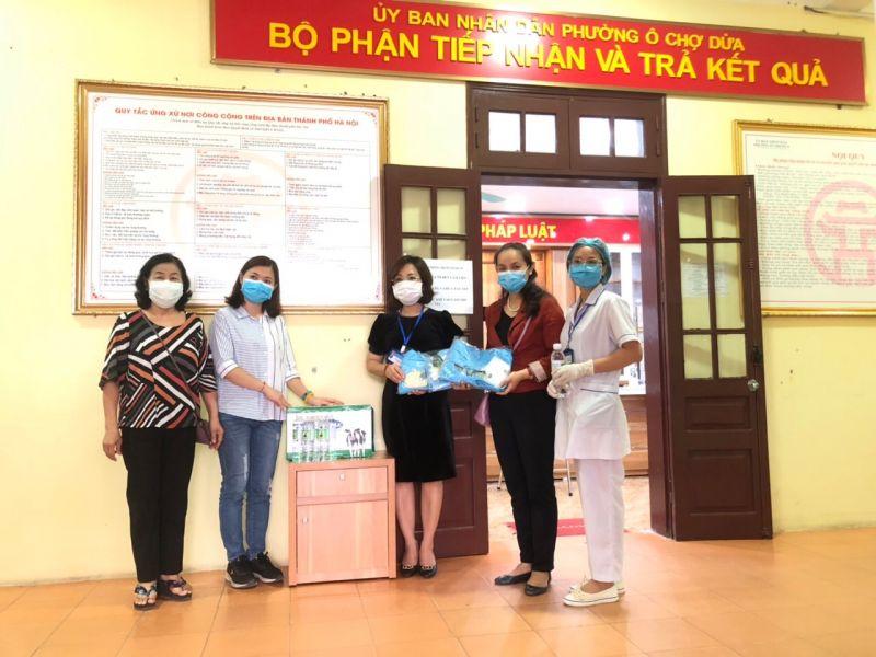 Chị Nguyễn Lan Hương, Chủ tịch Hội LHPN quận Đống Đa tặng quà các y, bác sỹ làm việc tại Khoa Kiểm soát bệnh tật, Trung tâm Y tế quận