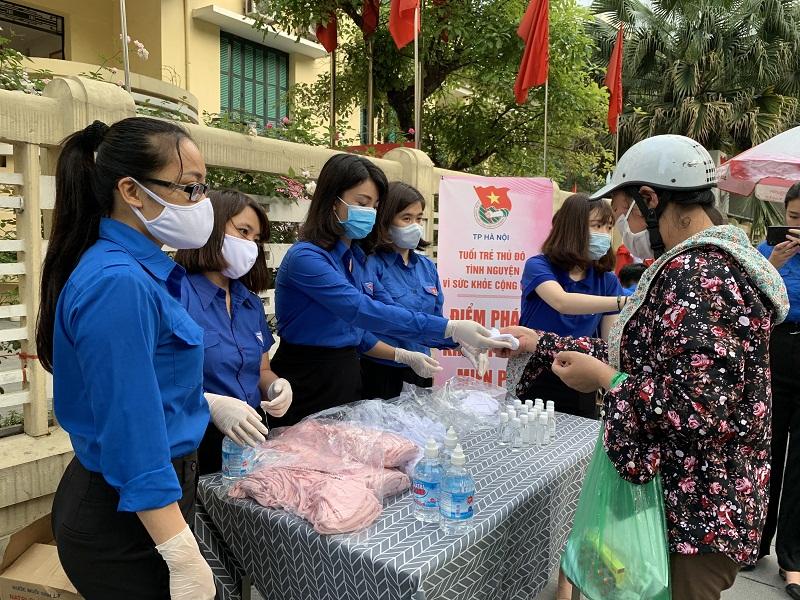 Tuổi trẻ Thủ đô phát nước sát khuẩn, khẩu trang miễn phí cho người dân