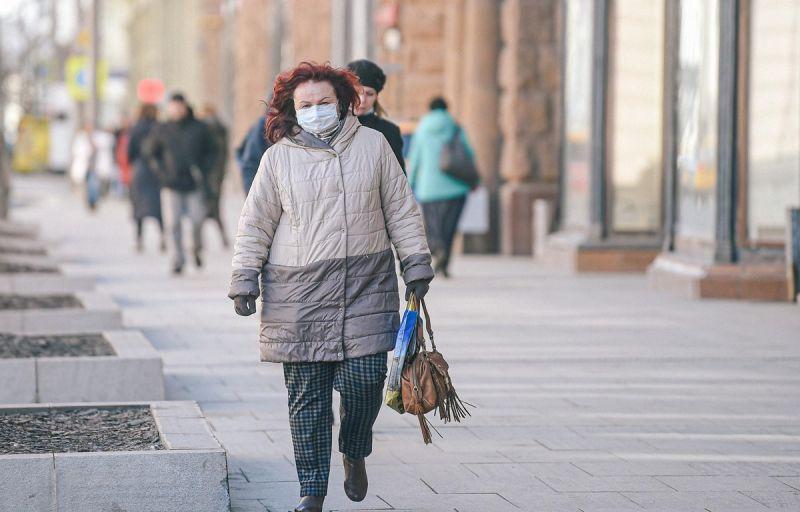 Người dân đeo khẩu trang phòng lây nhiễm COVID-19 tại Moskva, Nga, ngày 24/3. (Ảnh: THX/TTXVN)