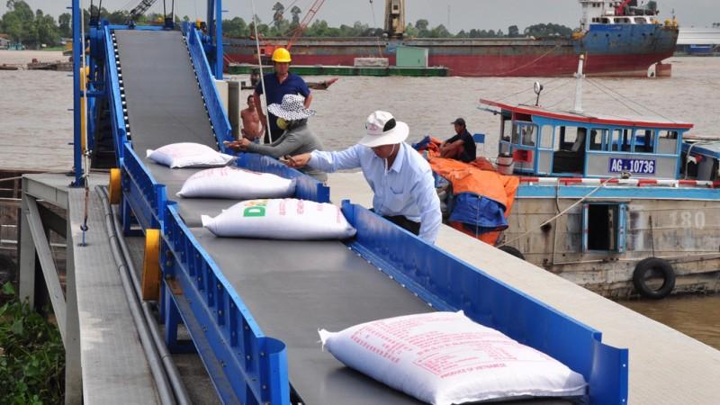 Sau khi Tổng cục Hải quan thực hiện chỉ đạo của Bộ Tài chính, Thủ tướng Chính phủ về việc tạm dừng xuất khẩu gạo từ 0h ngày 24/3, Bộ Công Thương đã có văn bản đề nghị cho phép tiếp tục xuất khẩu