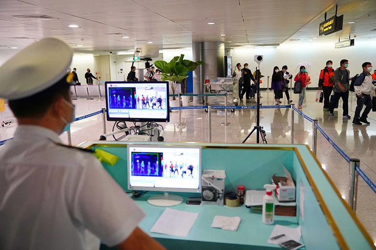Kiểm tra thân nhiệt hành khách quốc tế nhập cảnh tại sân bay Tân Sơn Nhất.
