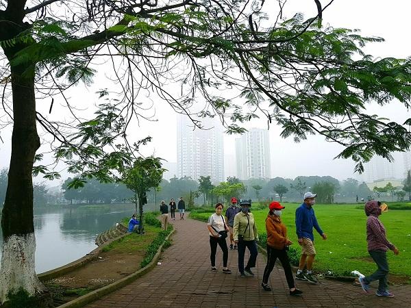 Người dân tham gia tập thể dục tại hồ Đền Lừ, quận Hoàng Mai để rèn luyện, nâng cao thể chất phòng chống dịch bệnh