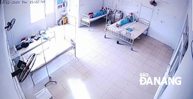 Sau 18 ngày xác định nhiễm SARS-CoV-2, 2 du khách người Anh đã âm tính 3 lần liên tiếp với chủng virus này. Ảnh: 2 du khách đang điều trị, theo dõi tại Bệnh viện Đà Nẵng.