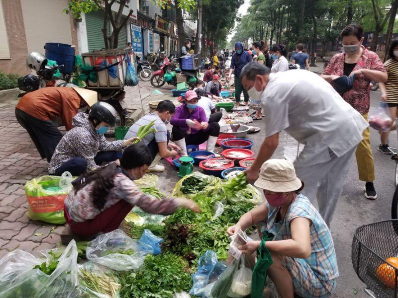 Người dân chọn mua nhiều rau xanh - Ảnh chụp tại chợ tạm Trung Hòa - Nhân Chính (quận Thanh Xuân)