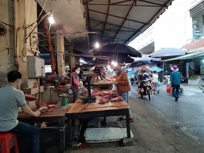 Người dân mua sắm tại chợ Hà Đông (quận Hà Đông).