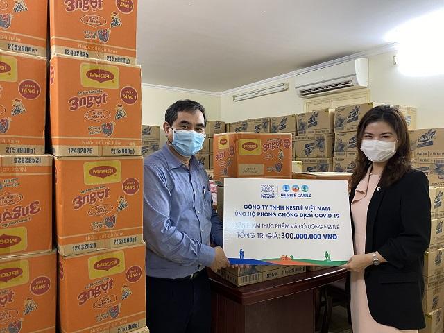 Đại diện Nestle' Việt Nam trao bảng tượng trưng ủng hộ Bộ NN-PTNT.