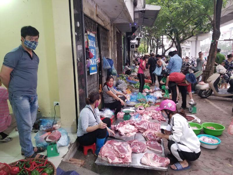 Các quầy thịt đầy hàng tại chợ tạm Ngã Tư Sở, phố Cầu Mới (quận Đống Đa).