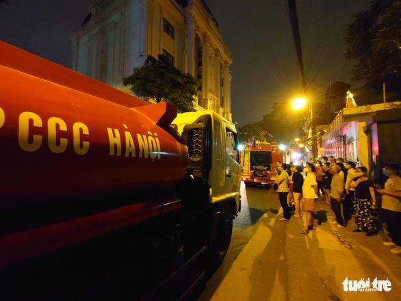 Rất đông người dân đang ở trong nhà thấy đám cháy cũng ra đường theo dõi