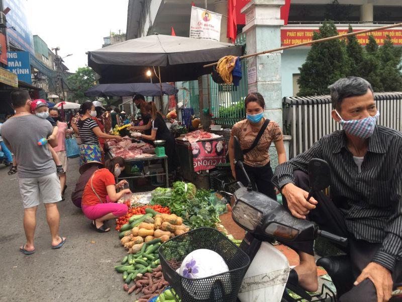 Hôm nay là ngày cuối tuần nên tại chợ Trại Găng, phường Thanh Nhàn (quận Hai Bà Trưng), khá đông người dân mua sắm. Tuy nhiên, giá cả các mặt hàng đều ổn định.