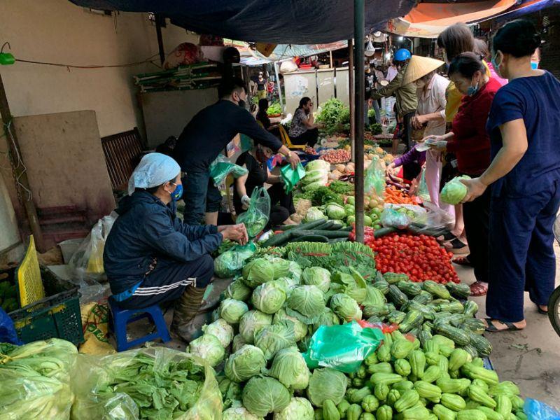 Tại chợ Đồng Xa, phường Mai Dịch (quận Cầu Giấy), lượng người bán giảm so với ngày thường nhưng hàng hoá vẫn tràn ngập, giá cả ổn định.