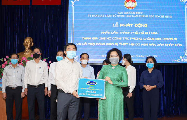 Đại diện Nestle' Việt Nam trao biển tượng trưng Mặt trận Tổ quốc Việt Nam TP.HCM.