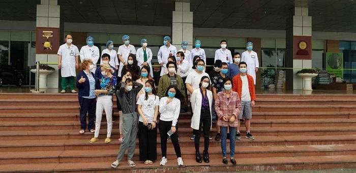 Các bệnh nhân được ra viện ngày 30/3 tại BV Nhiệt đới TƯ cơ sở 2