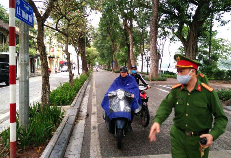 Đội cảnh sát giao thông trật tự xử phạt các đối tượng không đeo khẩu trang khi tham gia giao thông.