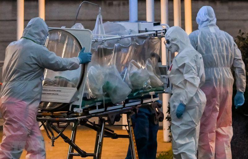 Các nhân viên y tế đang chữa trị cho bệnh nhân Covid-19.