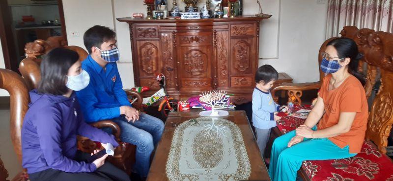 Cán bộ hội viên phụ nữ Phúc Thọ phối hợp rà soát các trường hợp có liên quan đến bệnh viện Bạch Mai để động viên khai báo y tế kịp thời