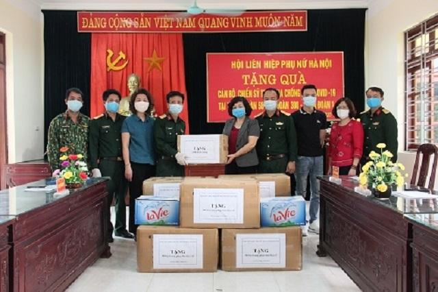 Đồng chí Lê Thị Thiên Hương - Phó Chủ tịch thay mặt Hội LHPN Hà Nội trao trang thiết bị y tế cho Trung đoàn Pháo binh 58 (Bộ Tư lệnh Thủ đô) - đơn vị làm nhiệm vụ cách ly các công dân trở về từ vùng dịch.