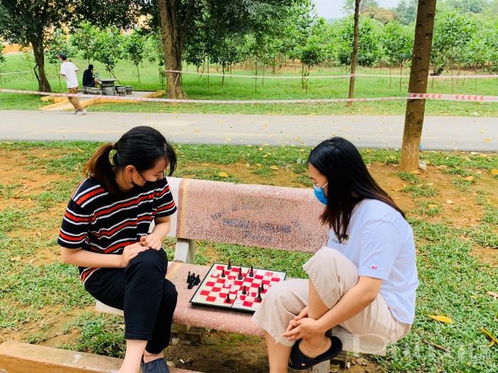 Trong khuôn viên đơn vị, nhiều bạn trẻ còn chơi cờ tướng để giải trí, nhưng vẫn đảm bảo tuân thủ các quy tắc cách ly.