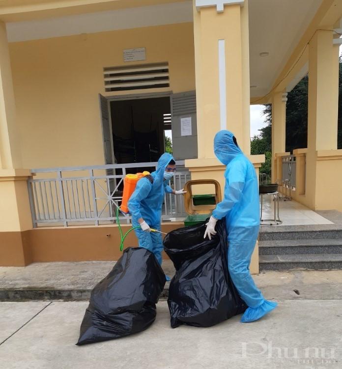 Nguồn rác thải từ sinh hoạt của người dân trong khu cách ly mỗi ngày cũng là mối lo với mỗi cán bộ, chiến sĩ phục vụ trong khu cách ly tập trung.