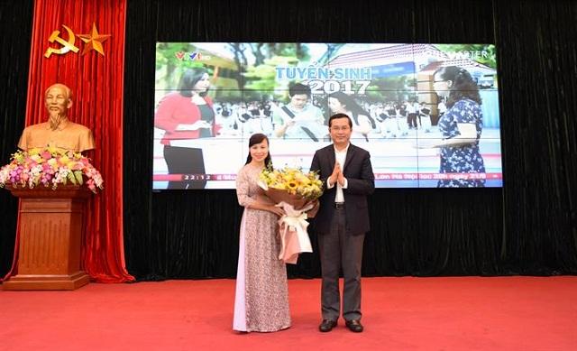 Thứ trưởng Nguyễn Văn Phúc tặng hoa TS Nguyễn Thị Kim Phụng