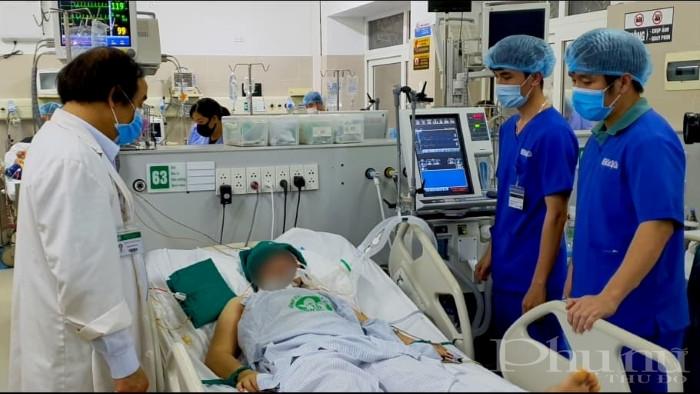 PGS.TS Nguyễn Văn Chi và các bác sĩ hội chẩn một ca bệnh nặng ngay tại giường.