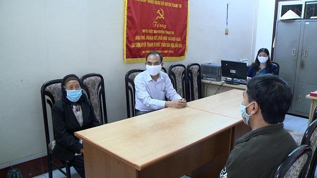 Cụ Nguyễn Thị Thơm – 83 tuổi, trú tại thôn Phương Nhị, xã Liên Ninh đã đến Ban thường trực UBMTTQ huyện Thanh Trì ủng hộ 10 triệu đồng, là số tiền tiết kiệm của mình để chung tay phòng chống đại dịch COVID-19