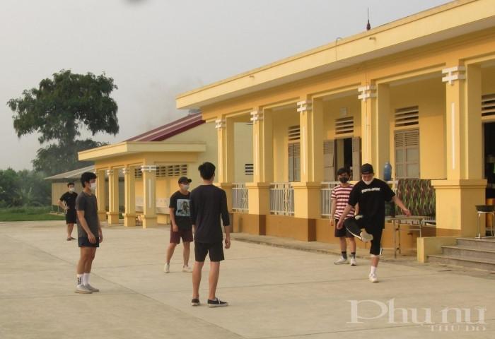 Một nhóm nam giới chơi đá cầu trong khu cách ly vui vẻ, thoải mái.