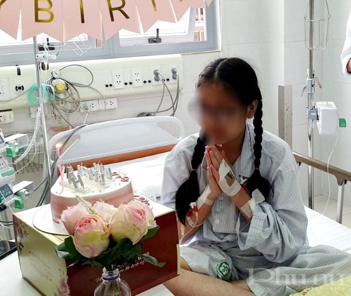 Bệnh nhân Huyền M hạnh phúc thổi nến trong sinh nhật lần thứ 18 đặc biệt và đáng nhớ trong cuộc đời mình.