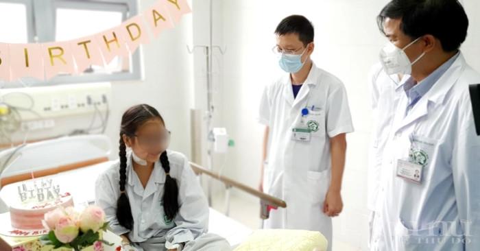 Các bác sĩ BV Bạch Mai thăm, chúc mừng sinh nhật và mong bệnh nhân Huyền M mau bình phục.
