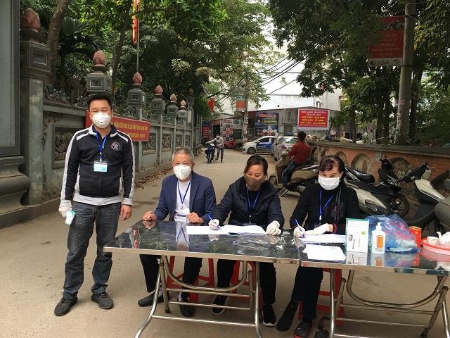 Hội viên Hội LHPN quận Nam Từ Liêm tham gia trực chốt phòng chống dịch, lập danh sách sức khỏe của các hộ dân