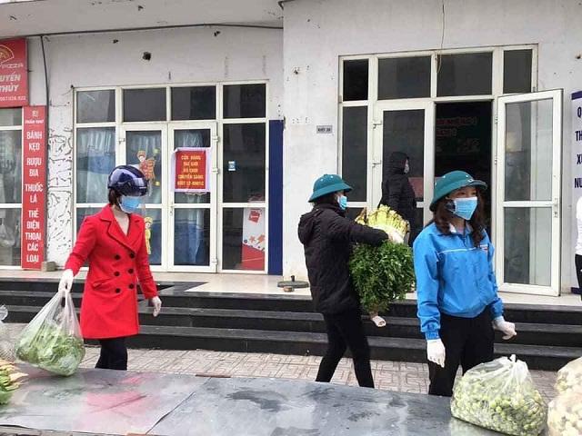 Sáng 01/4/2020, Hội LHPN huyện Thanh Oai phối hợp tiếp tế nhu yếu phẩm cho người dân bị cách ly ở khu đô thị Thanh Hà.