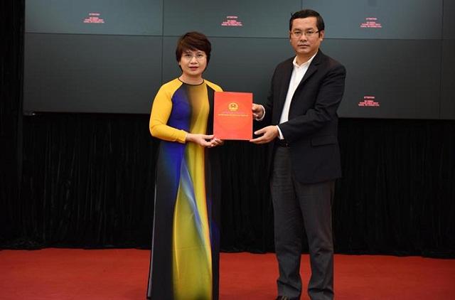 Thứ trưởng Nguyễn Văn Phúc trao quyết định Quyền Vụ trưởng Vụ Giáo dục Đại học cho PGS.TS Nguyễn Thu Thủy