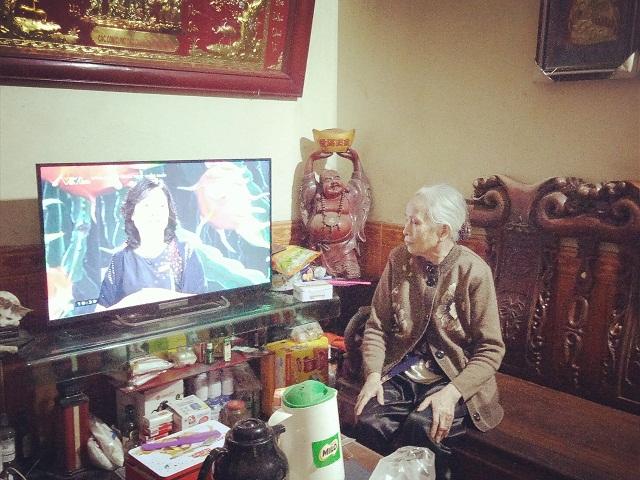 Ở tuổi 83, cụ Sinh vẫn chăm chỉ xem ti vi để cập nhật tình hình dịch bệnh Covid-19.