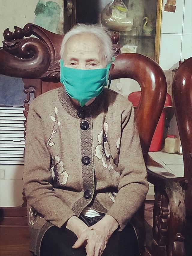 Cụ bà Vương Thị Sinh muốn góp sức nhỏ bé vào công tác phòng chống dịch bệnh vì sự yên bình của cộng đồng.