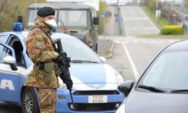 Binh sĩ Italy kiểm soát lệnh phong tỏa ở Sesto San Giovanni. Ảnh: EPA