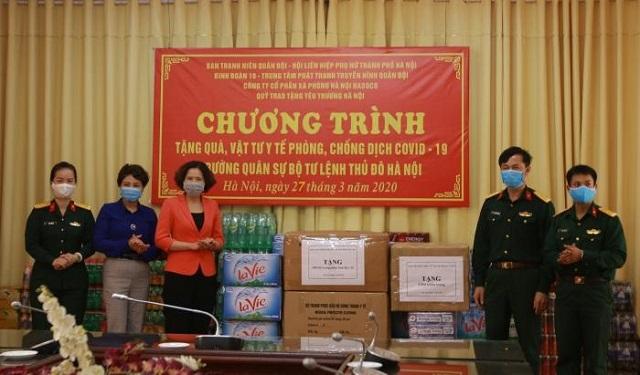Chủ tịch Hội LHPN Hà Nội Lê Kim Anh thay mặt Hội LHPN Hà Nội trao tặng thiết bị, vật tư y tế cho dại diện trường Quân sự, Bộ Tư lệnh Thủ đô.