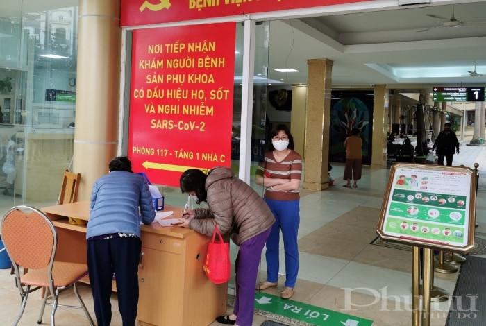 Tất cả người dân tới thăm, khám tại BV Phụ sản Hà Nội đều được yêu cầu kê khai tiền sử dịch tễ, đo thân nhiệt và sát trùng tay.