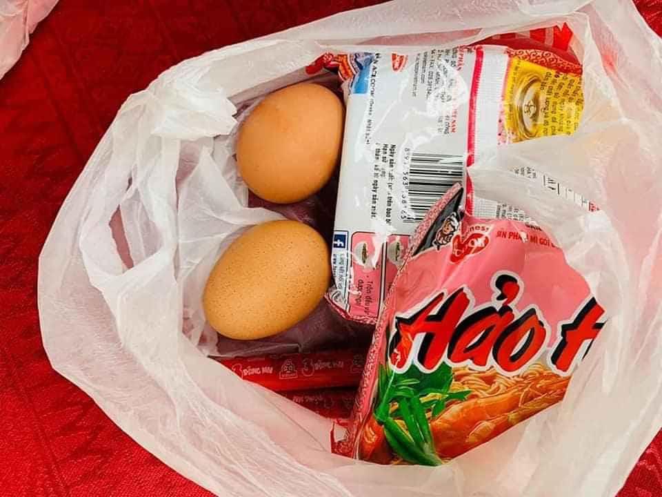 Phần thực phẩm phát miễn phí cho người dân nghèo của anh Khôi