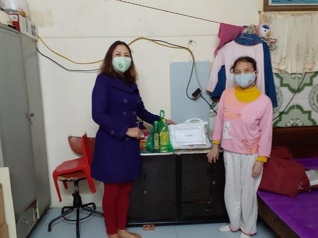 Ngày 3/4, Hội LHPN phường Nhân Chính đã tới thăm, hỗ trợ nhu yếu phẩm cho các gia đình phụ nữ khó khăn, bị mất việc làm do dịch bệnh Covid-19