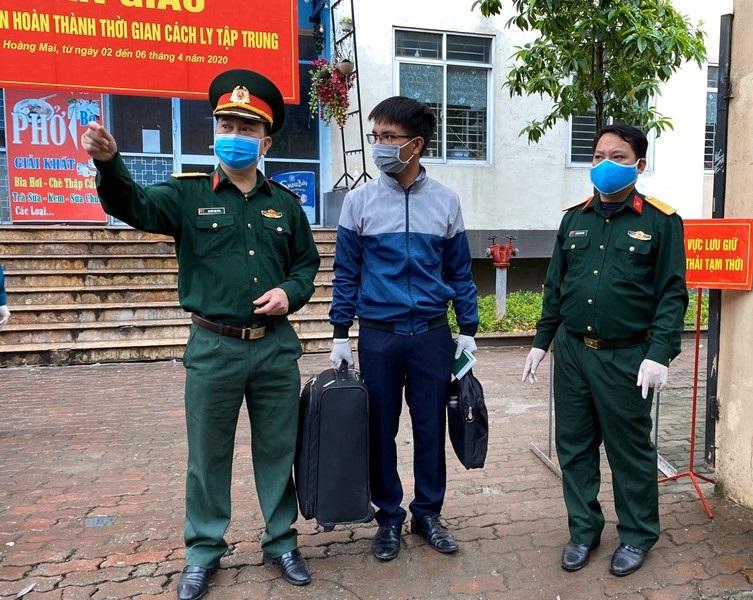 Thượng tá Nguyễn Văn Bính (ngoài cùng bên trái) hướng dẫn người dân ra đúng xe bus để về nhà.