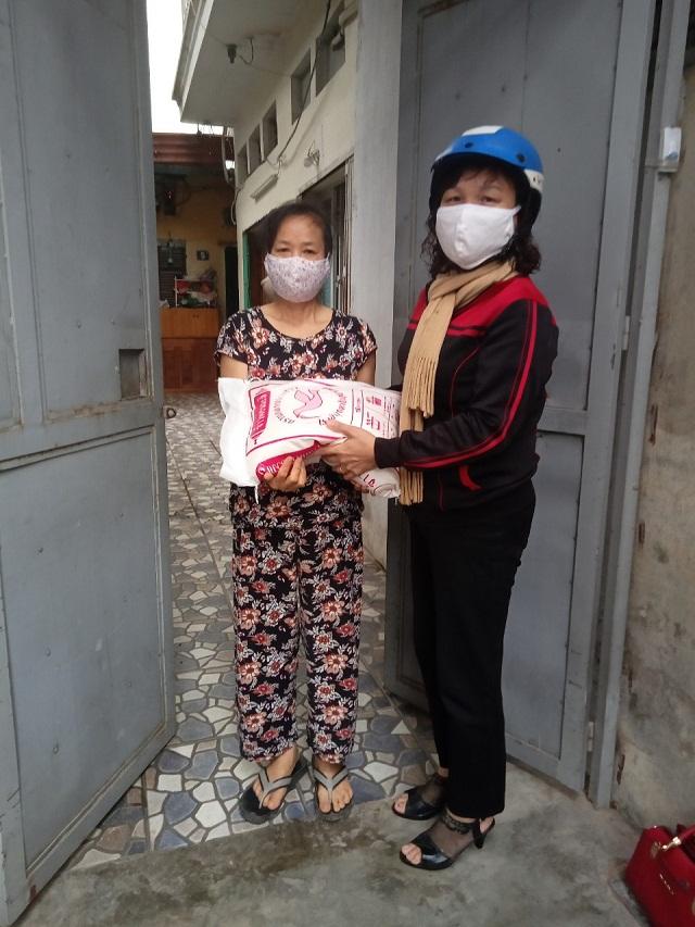 Chị Vũ Thị Thanh Thúy, Phó Chủ tịch Hội LHPN phường Khương Đình thăm, tặng quà phụ nữ khó khăn