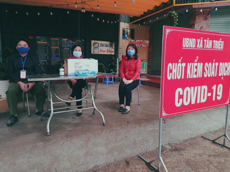 Cán bộ hội viên phụ nữ xã Tân Triều tham gia trực tại chốt kiểm soát dịch Covid - 19.