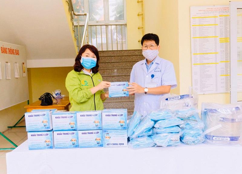 Chị Vũ Thị Trung Thực - Chủ tịch Hội LHPN xã Tân Triều trao tặng thiết bị y tế phòng chống dịch Covid- 19 cho bác sỹ Triệu Văn Toản - Trạm trưởng trạm Y tế xã Tân Triều